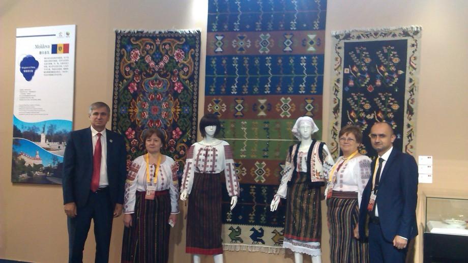 """Moldova participă la Expoziția Internațională """"Drumul Mătăsii"""" cu o colecție de covoare și costume tradiționale"""