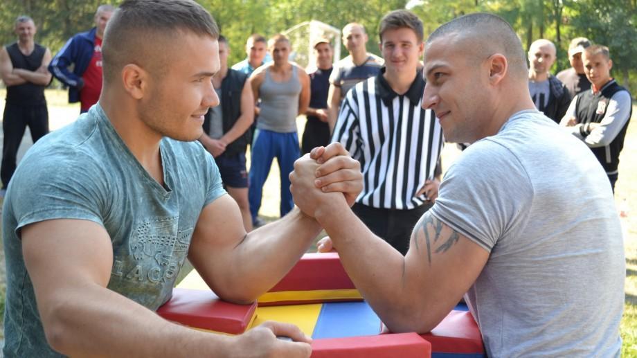 (foto) Lupte la braț în penitenciarele din Moldova. A fost dat start primului campionat de armwrestling