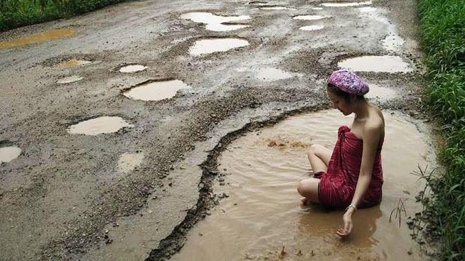 (foto) Poate și în Moldova? Campanie inedită în Thailanda, împotriva gropilor din asfalt