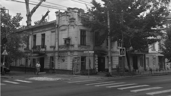 (foto) Descoperiri urbane: Casa Cernișov de la colțul străzilor Reni şi Iaşi și curtea socialismului