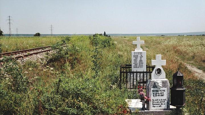 Unde vor ajunge obiectele funerare de pe marginea drumurilor dacă nu vor fi scoase de rudele celor decedați