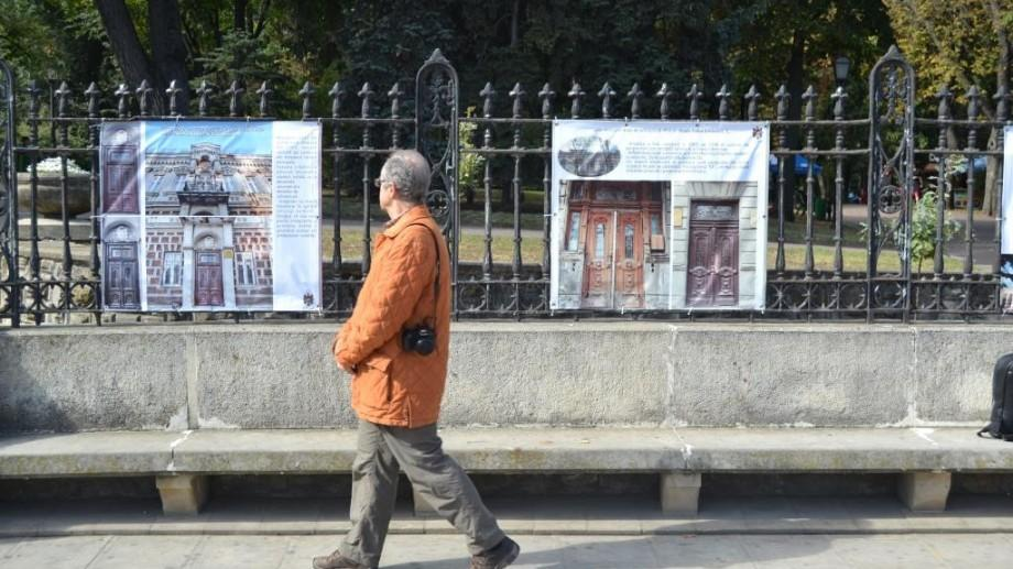 (foto) A fost lansată o expoziție de fotografii ce vizează ușile din centrul istoric al Chișinăului