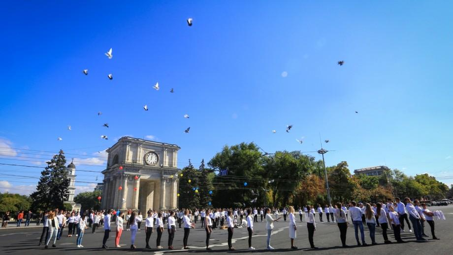 (foto) Porumbeii au străbătut azi cerul. Cum a fost sărbătorită Ziua Păcii la Chișinău