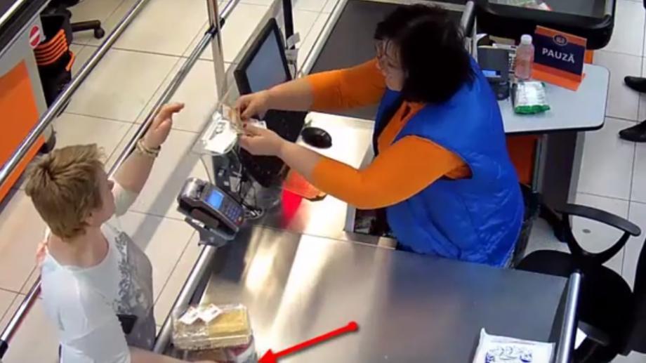 (video) O femeie a fost surprinsă furând o tabletă dintr-un magazin. Poliția este în căutarea acesteia