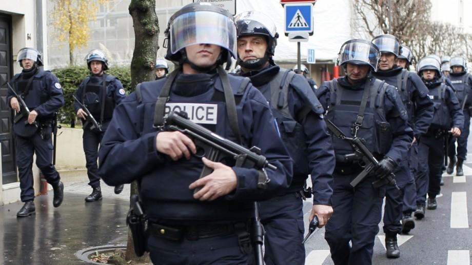 Un tânăr de 15 ani a fost reținut la Paris fiind suspectat că pregătea un atac terorist