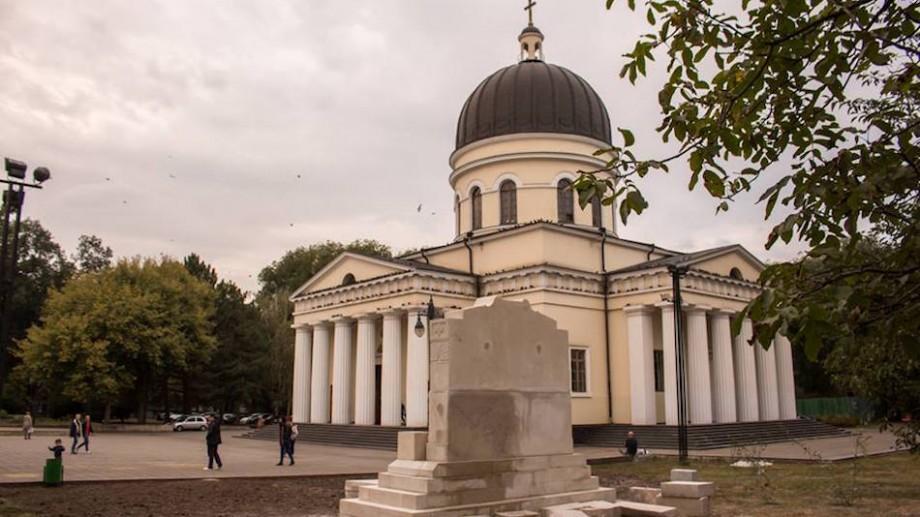 (foto) În scuarul Catedralei a început edificarea unui nou monument. Cum va arăta acesta
