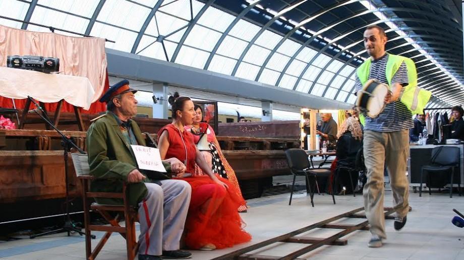 (foto) Pentru câteva ore, peronul Gării din Chișinău a devenit scenă de teatru