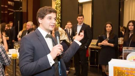 (video) Mihai Ghimpu a fost huiduit și atacat cu bulgări de zăpadă înaintea ședinței Parlamentului