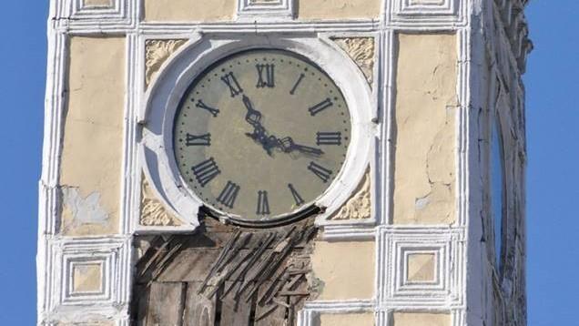 (foto) Fațada Primăriei Chișinău continuă să se deterioreze. S-a desprins o bucată de ciment