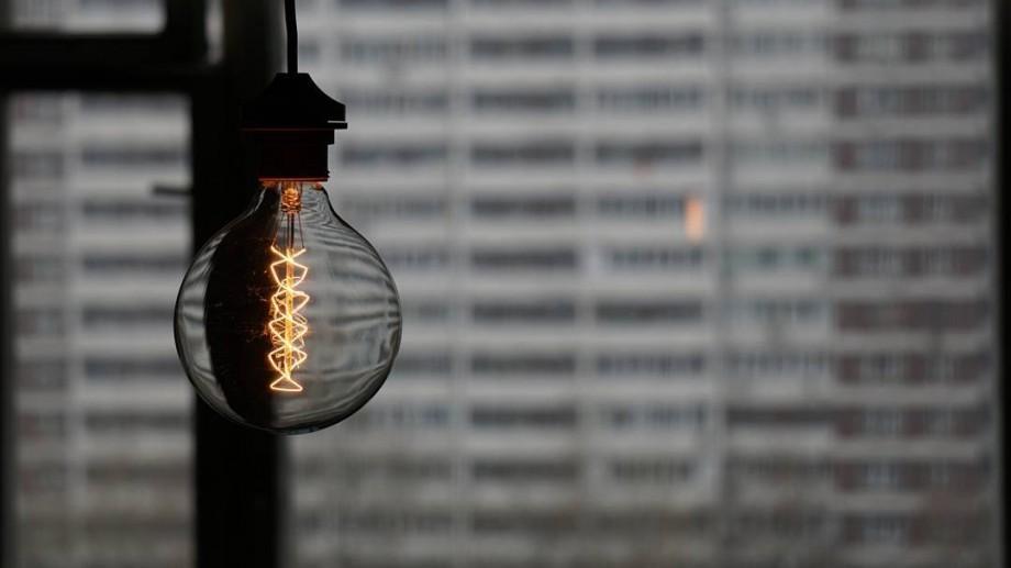 Vor rămâne fără lumină. Localităţile şi adresele care vor fi deconectate de la energia electrică vineri