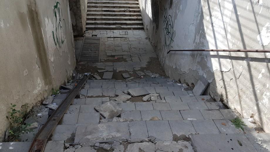 (foto, grafic) Subteranele din Chișinău sunt într-o stare dezastruoasă: fără trepte, lumină și cu miros insuportabil