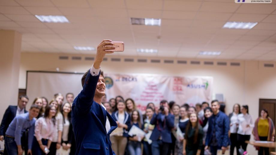 (foto) Galbenă gutuie, discursuri și sunete de chitară! În premieră, studenții de la USM au celebrat Ziua tineretului
