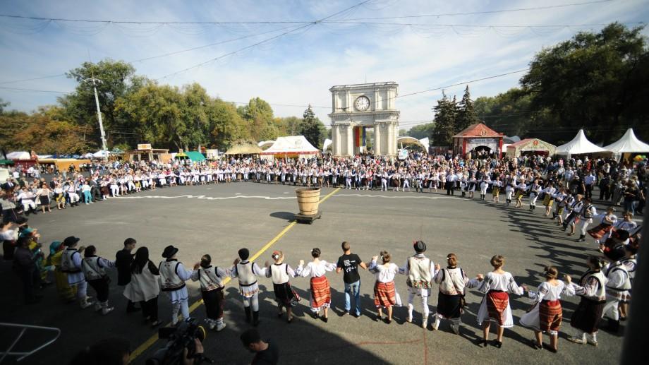 """(foto) """"Omul – Sufletul Vinului"""" – sărbătoarea așteaptă peste 100 de mii de vizitatori în centrul Capitalei"""