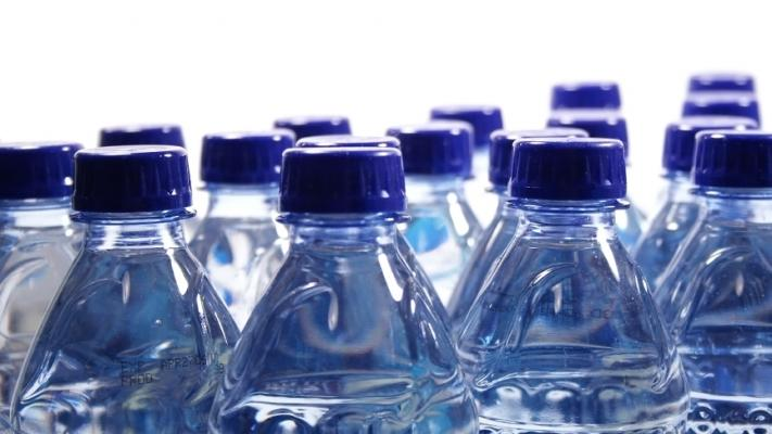 """Un renumit brand de apă minerală îmbuteliată recunoaște: """"Este apă simplă de la robinet"""""""