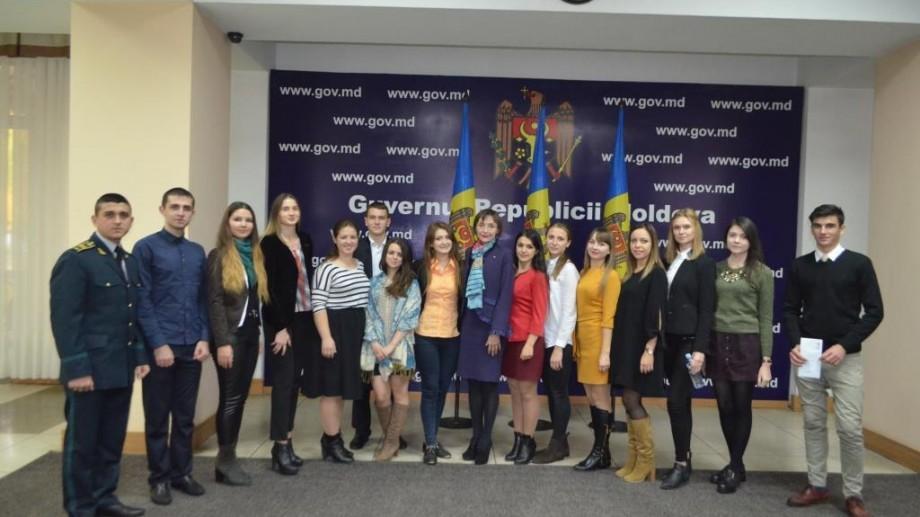 (foto) Deținătorilor Bursei Preşedintelui Republicii Moldova le-au fost înmânate cardurile bancare