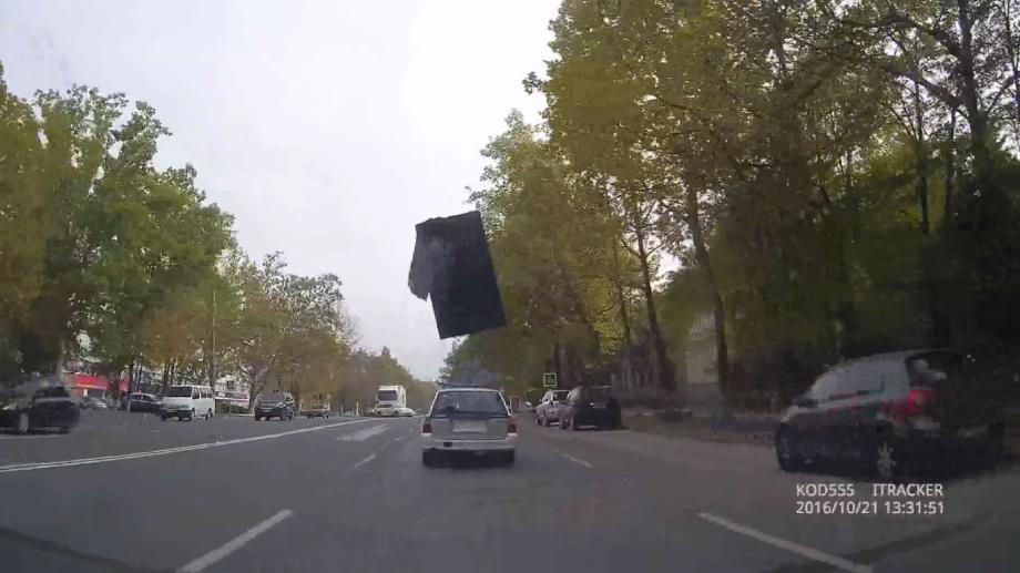 (video) Bucăți masive de metal, surprinse cum zboară prin traficul din Chișinău