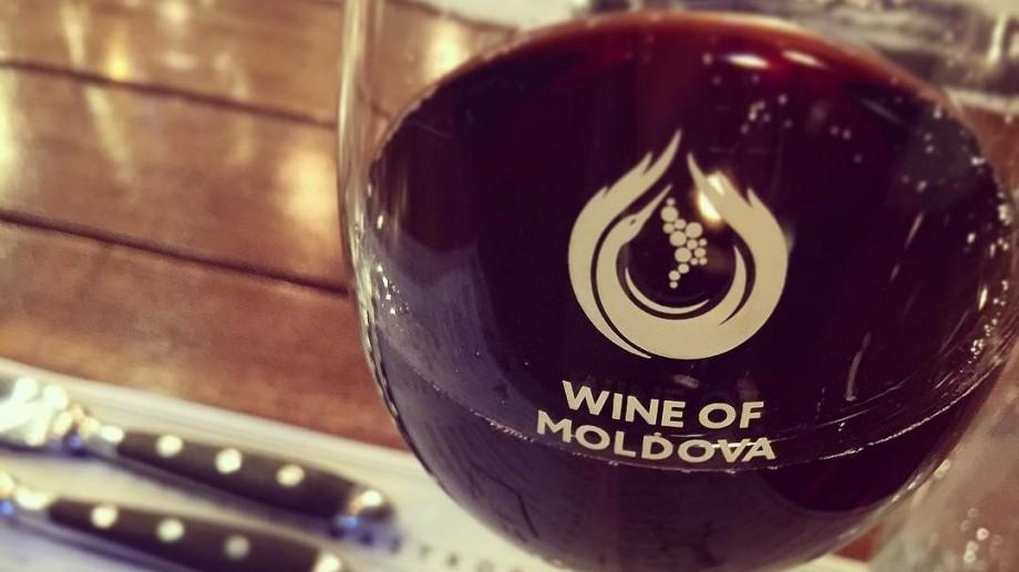 (doc) Vinul va trece în categoria produselor alimentare și va putea fi procurat după ora 22:00