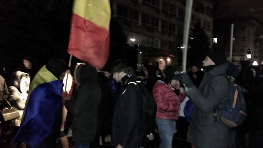 """(video) """"Vrem turul III"""". Zeci de tineri protestează în fața Comisiei Electorale Centrale"""