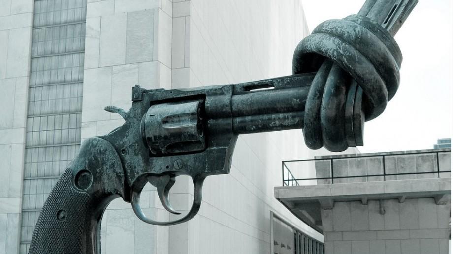 Credeai că te protejează? Urmărește 10 riscuri cărora te expui dacă păstrezi armele ilegale în casă