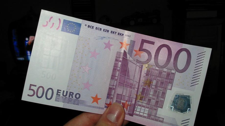 Nimeni nu a revendicat cei 500 de euro găsiţi într-o cabină de vot