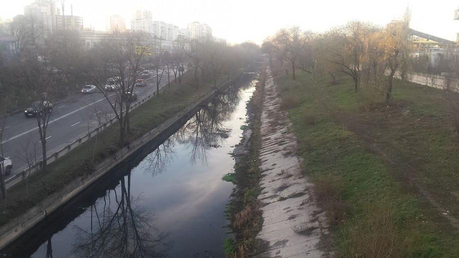 Concluzia autorităților: Apa de culoare verde și albastră din râul Bâc nu dăunează mediului