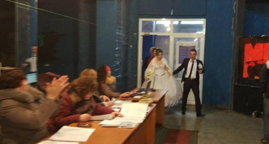 (foto) Mirele, mireasa și nuntașii au venit să voteze pentru viitorul președinte