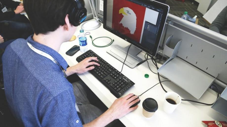 """Vrei să creezi GIF-uri, cărți de vizită sau logo-uri? Înregistrează-te la """"LeaderSHE – Graphic Design Academy"""""""