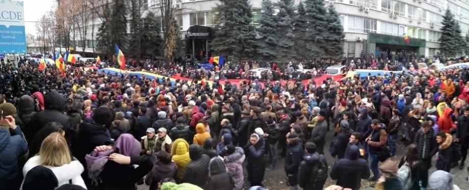 (galerie foto) Sute de oameni protestează în centrul Capitalei împotriva rezultatelor alegerilor prezidențiale