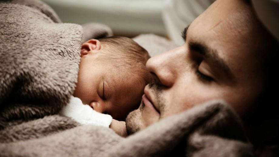 (doc) Decis! De astăzi, tații vor beneficia de îndemnizații paternale