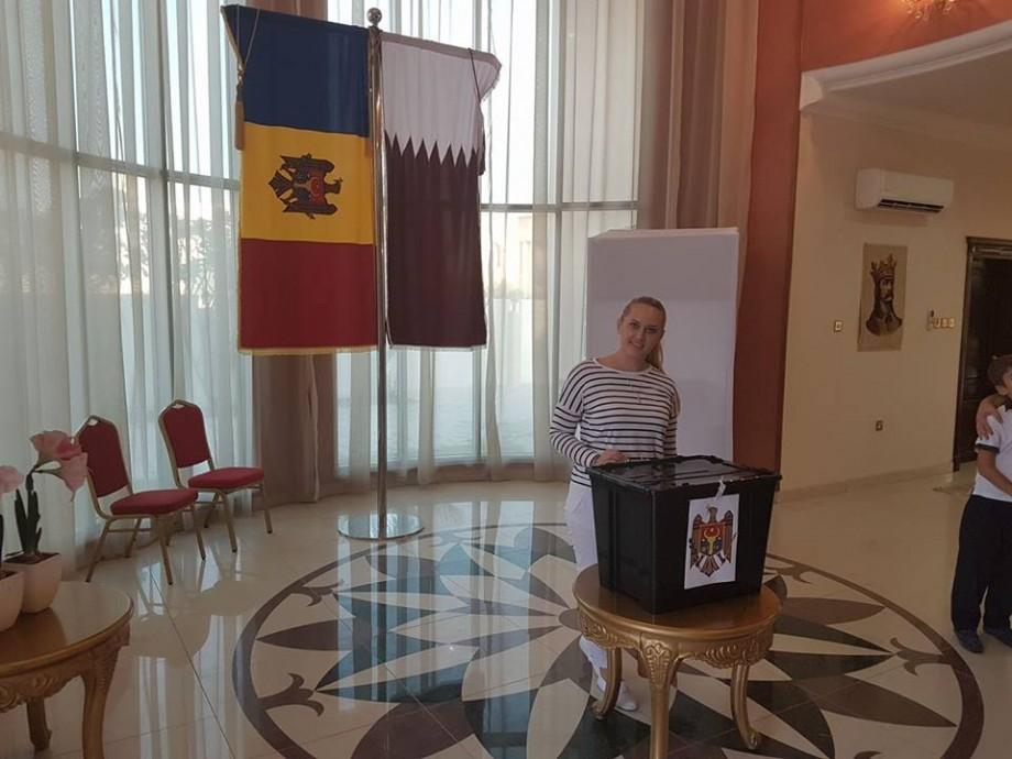 (foto) Povestea tinerei din Moldova care a fost ajutată de prieteni să-și convingă șeful pentru a zbura din Dubai în Doha ca să voteze