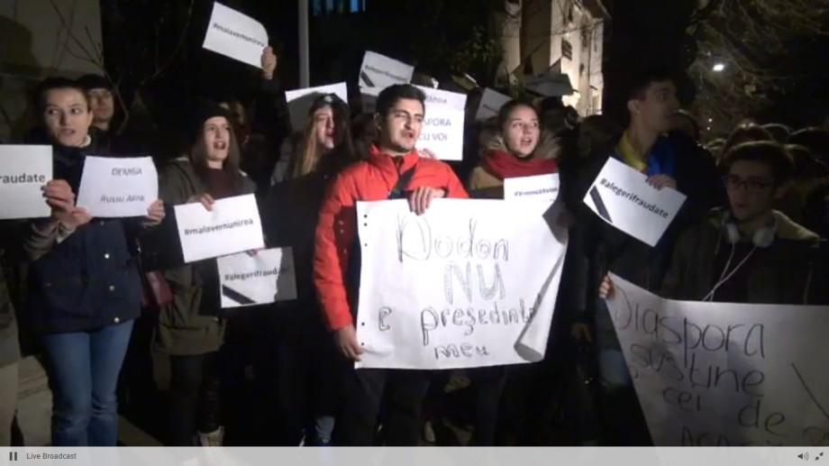 """(video) Studenții basarabeni au organizat un protest la București. Scandează: """"Alegeri fraudate"""""""
