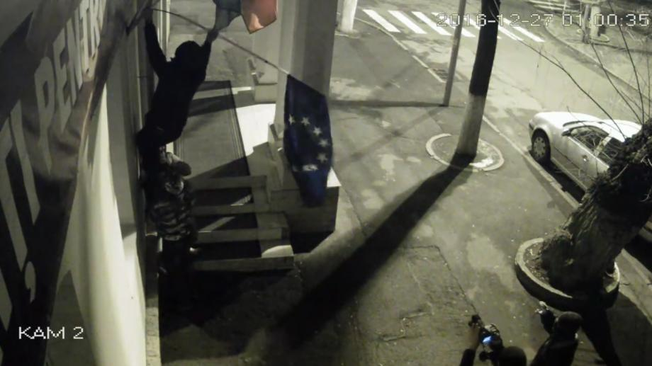 (video) Momentul în care tinerii au scos drapelul UE de la sediul PL a fost înregistrat de camerele video