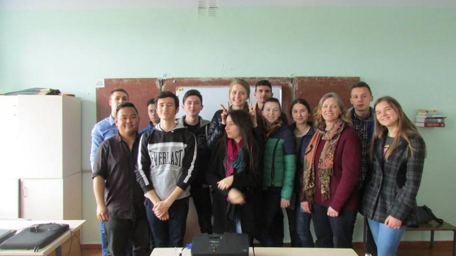 Crowdfunding: Pune și tu umărul la dezvoltarea Clubului de engleză din Mereni