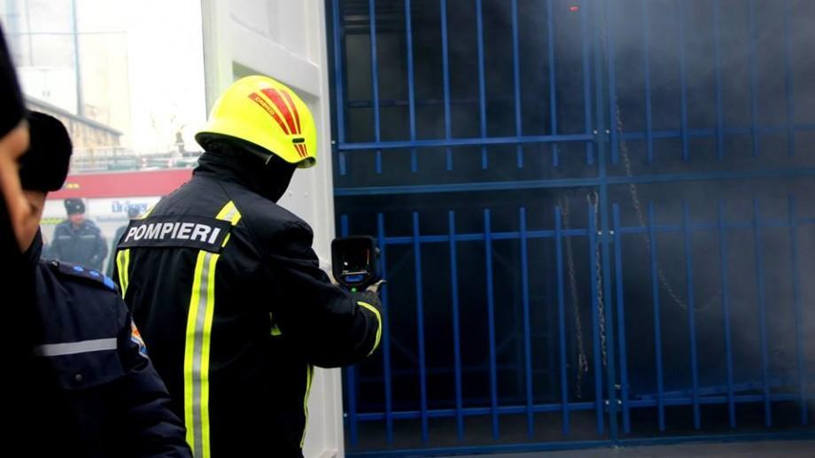(foto, video) Exercițiu de rezistență pentru pompieri. Salvatorii vor fi testați într-un labirint cu fum