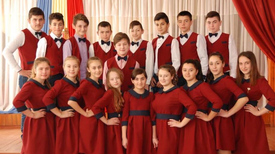 (foto) Școala uniformelor colorate: Într-un liceu din raionul Cahul fiecare clasă are o uniformă diferită