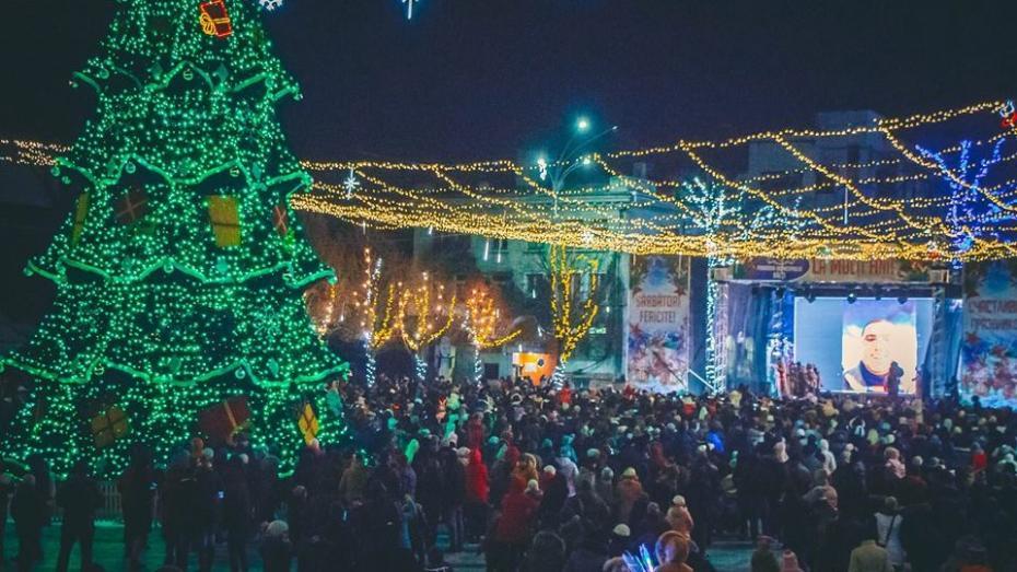 (foto) E mai frumos decât cel din Chișinău? La Bălți a fost inaugurat Pomul de Crăciun