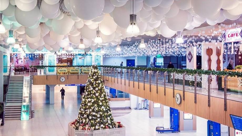 (foto) Uite cât de frumos a fost decorat Aeroportul din Chișinău pentru sărbătorile de iarnă!