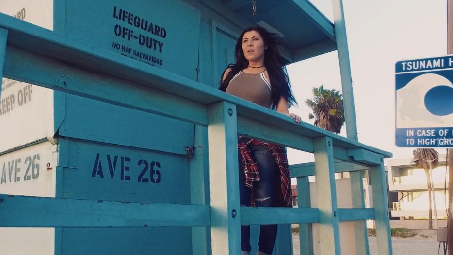 (video) Basarabeanca Angelika Vee are clip nou. A fost filmat pe plajele Pacificului