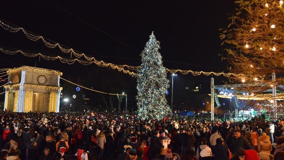 (foto) Iată cum arată pomii de Crăciun care au fost instalați în raioanele Moldovei. Care e cel mai frumos?