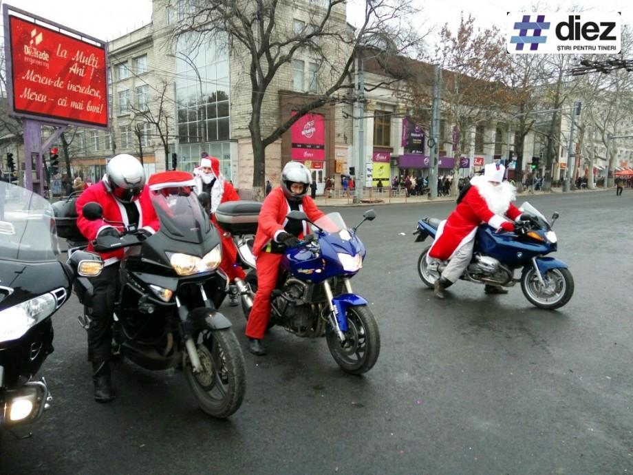 (foto) Zeci de Moș Crăciuni au invadat centrul Capitalei! Cum se desfășoară Maratonul de Crăciun 2016