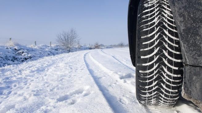 Poliția va amenda șoferii care nu și-au echipat mașinile cu pneuri de iarnă. Până la cât ajung sancțiunile