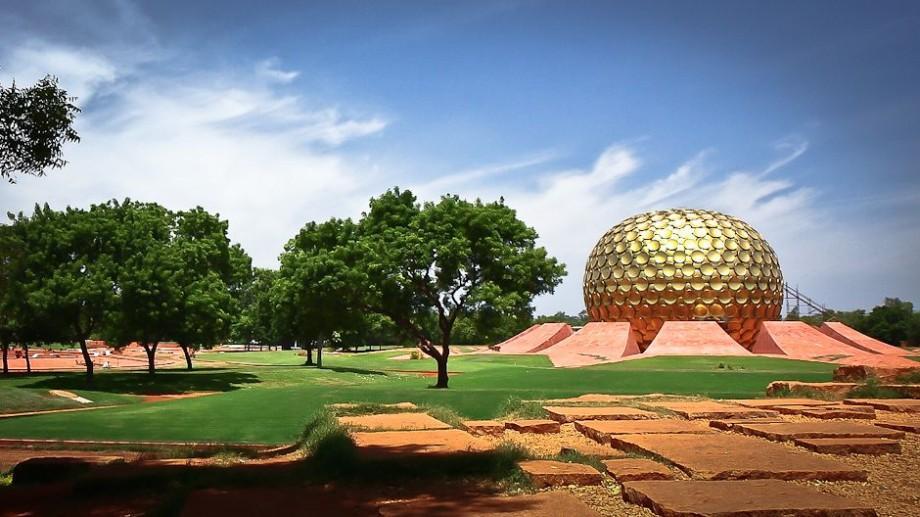 (foto) Două persoane din Moldova trăiesc în orașul-utopie Auroville. Locul unde nu există politică și religie