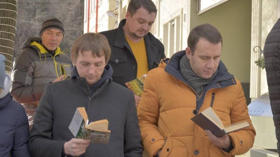 (foto) Moldova – cea mai cititoare țară din lume. Cum a fost la flashmobul cititorilor de pe str. Iorga