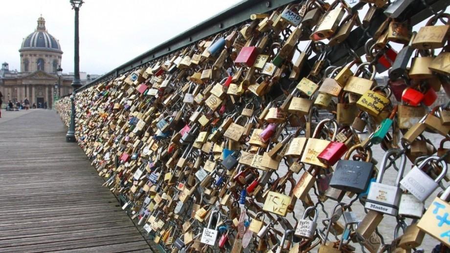"""""""Lacătele iubirii"""" din Paris vor fi vândute în scop caritabil"""