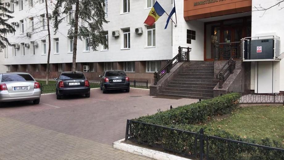 Reacția Ministerului Justiției la mașina parcată în fața liftului pentru persoanele cu nevoi speciale
