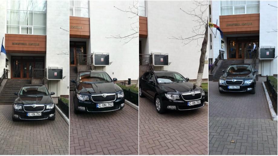(foto) Cum încearcă un tânăr din Chișinău să lupte cu o mașină parcată în fața Ministerului Justiției