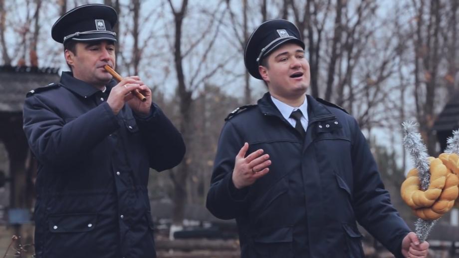 """(video) Colindul """"Deschide ușa creștine"""" cântat de fanfara  Poliției de Frontieră"""