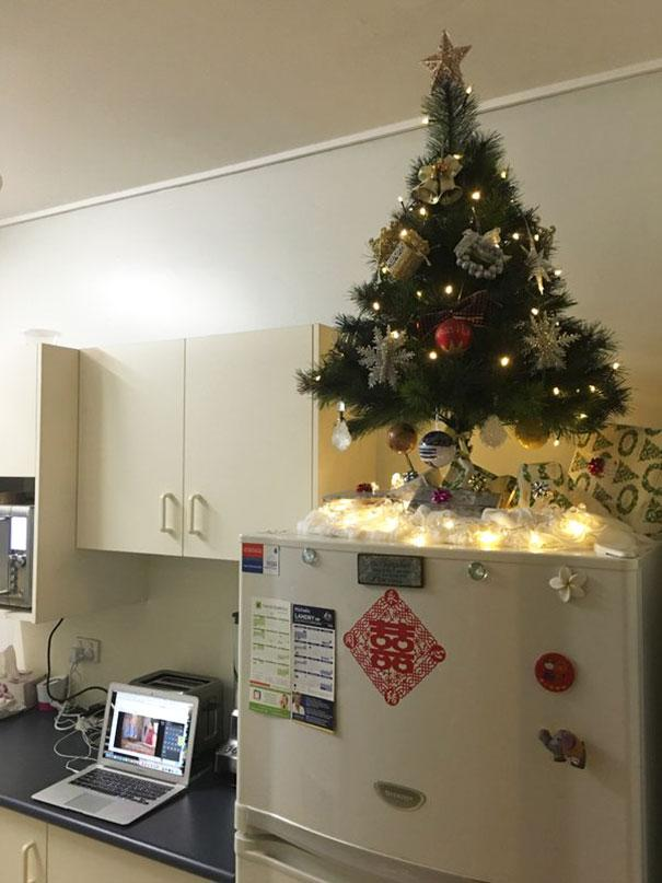 protecting-christmas-tree-from-dogs-cats-pets-24-585a831b302bd__605