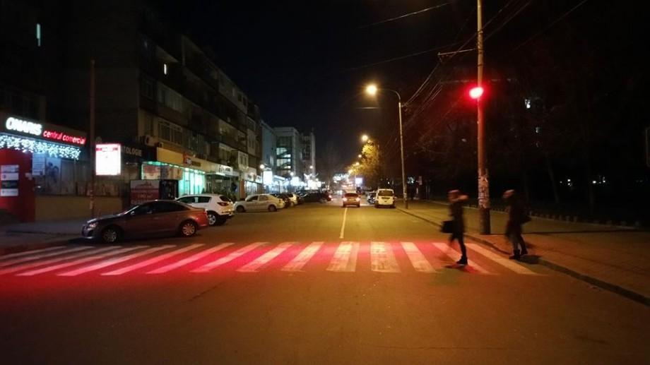 (foto) Unde-s zebrele: Treceri de pietoni luminate în roșu apar noaptea la Chișinău