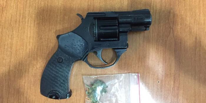 (video) Ciocana: Droguri şi un pistol depistate la domiciliul unui tânăr